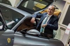 Portrait d'un intervenant devant une Ferrari
