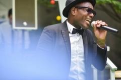 Photo d'un chanteur lors d'un événement